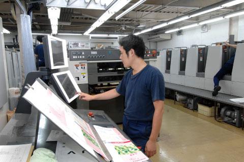 ハイブリッドUV搭載4色 菊半裁機作業中